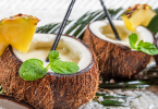 Pina Colada in Kokosnussschalen am Strand