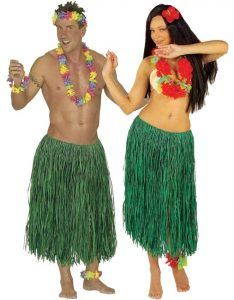 Mann und Frau im grünen Hawaiirock