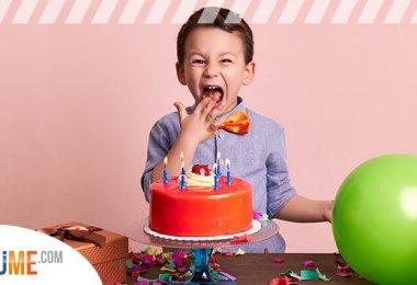 Kind mit Torte und Geschenk zum Geburtstag