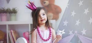 Kleines Mädchen im Prinessin Kostüm
