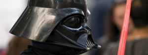 Kind mit Darth Vader Kostüm