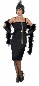 Model im 20er Jahre Kleid schwarz passend mit Kopfschmuck, Handschuhen, Halskette und Federboa