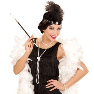 Modell im 20er Jahre Kostüm mit Perlenkette, Haarband, Zigarettenspitze & Federboa