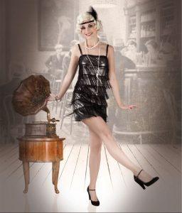 tanzendes Falpper Girl im 20er Jahre Kleid, im Hintergrund ein Gramophone und eine Kneipe