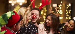 Freunde in Weihnachtskostuemen