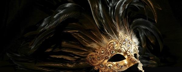 Eine goldene Maske eines venezianischen Kostüms.
