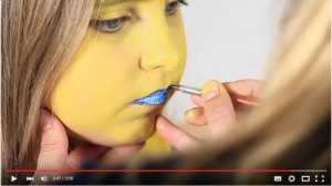 Blaue Lippen mit Pinsel anmalen