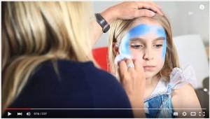 Elsa schminken mit Schwamm