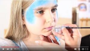 Mädchen wird geschminkt