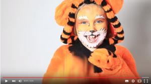 Geschminktes Mädchen im Tiger Kostüm