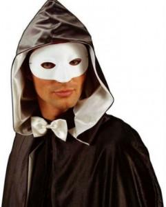 Mann in venezianischer weißer Maske