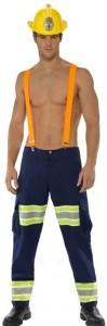 Mann in sexy Feuerwehr Kostüm