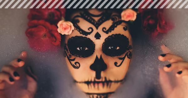 Frau mit Skelett Make-up