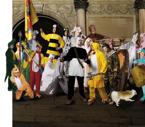 Gemälde mit Kostümen nachgestellt