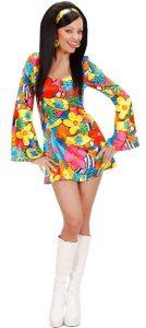 Frau im kurzen Hippie Kostüm
