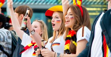 Weibliche Fußballfans mit Fanartikeln
