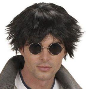 Mann mit schwarzer, struwweliger Perücke