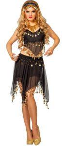 Blonde Frau in schwarzem Bauchtänzer Kostüm mit goldenen Details
