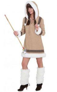 Frau im Eskimo Kostüm
