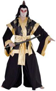 Mann in Samurai Kostüm mit Perücke