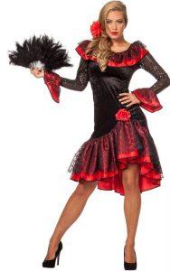 Blonde Frau in rot-schwarzem Flamenco Kostüm