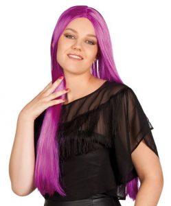 Frau mit langer lila Perücke