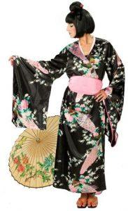 Frau trägt schwarzen Kimono und schwarze Perücke