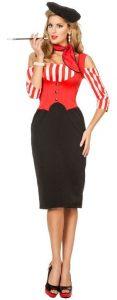 Blonde Frau mit französischer Kappe und rotem Haltuch