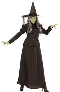 Frau mit grüner Schminke in schwarzem Hexenkostüm