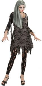 Frau im zerfetzten Zombie Kostüm