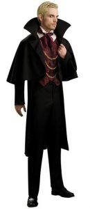 Blonder Mann in schwarzem Vampir Kostüm