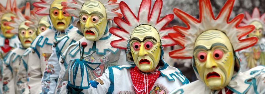 Menschen mit Faschingsmasken