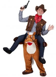 Mann im Cowboy Huckepack Kostüm mit Pistole und Cowboy Hut.