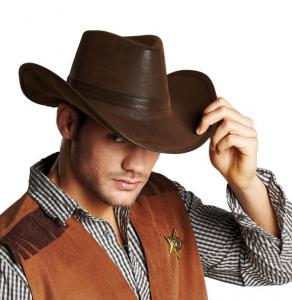 Mann trägt Cowboy Hut in Lederoptik.