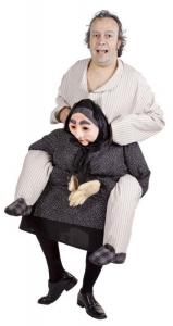 Mann im Pyjama im Opa auf Oma Huckepack Kostüm.
