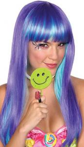 Frau trägt lila farbene Sweet Candy Perücke und hält einen Smiley in der Hand.