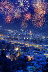 Feuerwerk über der schneebedackten Stadt Garmisch