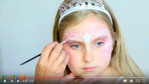 Andere Gesichtshälfte verzieren beim Prinzessin schminken