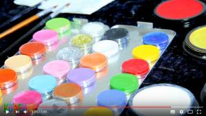 Schminkpalette mit vielen bunten Farben