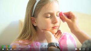 Mädchen wird mit Schwämmchen geschminkt