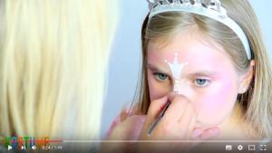 Silberne Krone auf Gesicht des Mädchens gezeichnet