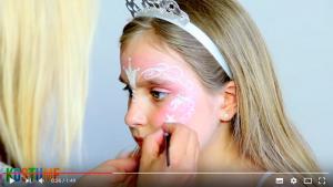 Silberfarbene Verzierungen im Gesicht aufgetragen beim Prinzessin schminken