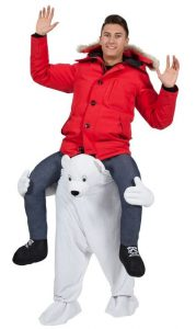Mann in roter Winterjacke mit Fellkragen in Polarbär Huckepack Kostüm