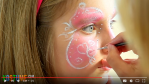 Verzierungen in Herzform schminken