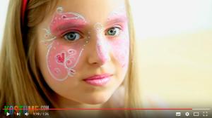 Mädchen als Schmetterling geschminkt