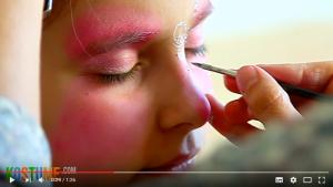 Schmetterlingskörper auf die Nase schminken