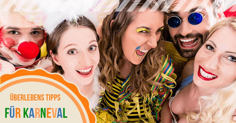 Freunde feiern Karneval in Kostümen