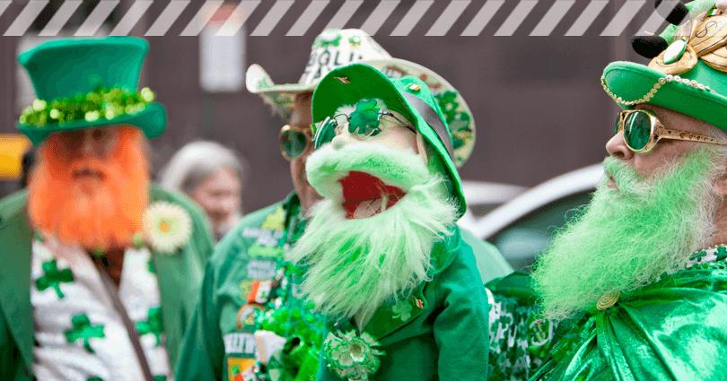 Verkleidete Gäste bei einer Parade zum St. Patrick's Day