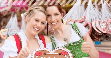 Zwei junge Frauen im Dirndl auf der Frühlingswiesn