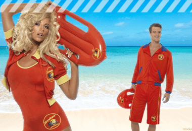 Frau und Mann mit roten Baywatch Kostümen vor Strandkulisse